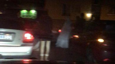 Photo of في الفديو عرس بتقليد عربي  وفرحة في الشوارع السويدية الهادئة