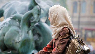 Photo of Rasister ristar ett kors på en muslimsk kvinnas kropp i Belgien