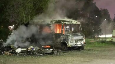 Photo of حرق سيارات وهجوم على مركز شرطة مدينة إسكيلستونا انتقاما الاعتقال الشرطة لقائد شبكة إجرامية